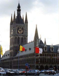 """Il palazzo del mercato dei tessuti, dalla cui torre campanaria, fino al 1817, si praticava il Kattenstoet, il """"getto dei gatti""""."""