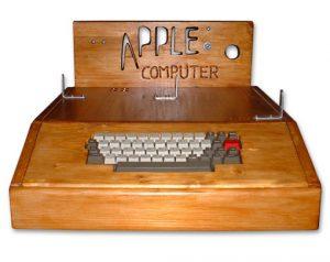 Apple I, un computer rivoluzionario ma esteticamente discutibile. Da notare il logo.