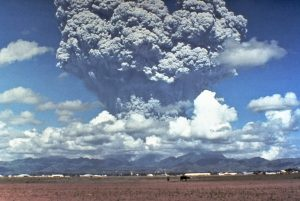 Pinatubo91eruption_plume