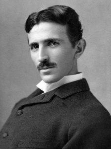 Nikola Tesla, l'uomo che ha cambiato il volto del XX secolo e protagonista di innumerevoli teorie del complotto.