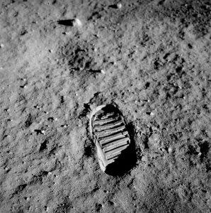"""Impronta di """"Buzz"""" Aldrin sulla regolite lunare. Immagine di pubblico dominio."""