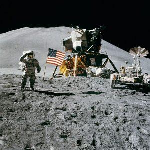 1024px-Apollo_15_flag,_rover,_LM,_Irwin