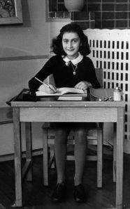 Anna Frank a scuola ad Amsterdam, nel 1940. Foto di Pubblico Dominio.
