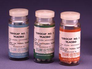 Prodotti per la somministrazione di placebo (immagine di pubblico dominio tratta dagli archivi del governo federale USA)