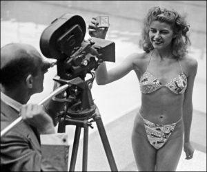 Micheline Bernardini posa per mettere in mostra il celebre Bikini