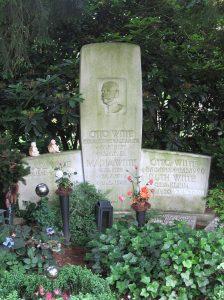 La tomba di Otto Witte, con l'incisione EHEM.KÖNIG V.ALBANIEN, presso il cimitero di Ohlsdorf (Amburgo) – Foto di Lumu, CC BY-SA 3.0