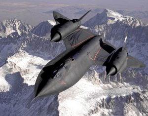 Un Lockheed SR-71B in volo; la versione B è dedicata all'addestramento dei piloti. Le strisce nere lucide sulla fusoliera sono causate da un precedente rifornimento in volo del carburante (Credit: Pubblico Dominio)