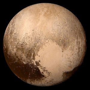 """Un'immagine di Plutone, ottenuta combinando I dati ricevuti da New Horizon nel luglio 2015, a 450 mila chilometri dal pianeta. L'area scura in basso a sinistra è chiamata """"Chtulhu Regio"""". Pubblico Dominio."""