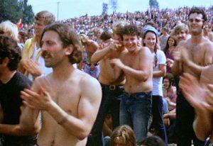 Una piccola porzione del pubblico di Woodstock nel giorno di apertura dell'evento. Foto di Derek Redmond and Paul Campbell/CC BY-SA 3.0