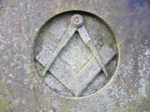 Squadra e compasso, il simbolo più celebre della massoneria, scolpite nella roccia di un edificio a Lancaster, nel Regno Unito (credit: Pubblico Dominio)