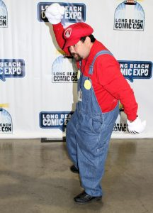 "Un vagamente imbarazzante ""cosplay"" di SuperMario al Long Beach Comic Con nel 2014 (credit: photo by Tehsigo Eternamente (J Mondragon), USA CC BY-SA 2.0)"