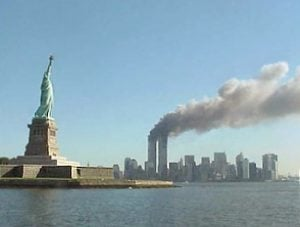 Le Torri Gemelle durante gli attentati terroristici dell'11 settembre 2001 (credit: Pubblico Dominio)