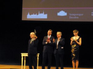 Stanislav Petrov riceve il premio Dresda per la pace nel Febbraio 2013 (credit: Wikipedia:Z thomas, CC BY-SA 3.0)