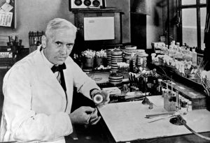Sir Alexander Fleming mostra gli effetti della penicillina su una coltura batterica (credit: Photo by Universal History Archive/UIG via Getty Images)