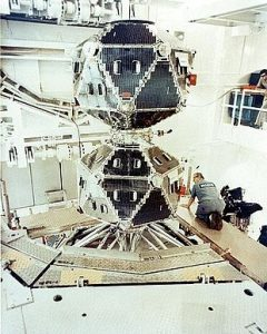 Due satelliti Vela (5A e 5B) in fase di costruzione (credit: Los Alamos National Laboratory, Pubblico Dominio)