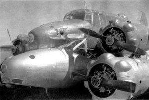 I due Avro Anson avvinghiati fra loro, dopo l'atterraggio di emergenza (credit: Australian War Memorial, Pubblico Dominio)