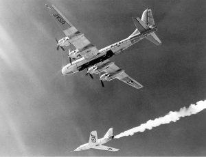 Un Bell X-2 immortalato poco dopo lo sgancio dal Boeing B-50 che lo ha portato in quota (credit: NACA Armstrong Photo Gallery, Pubblico Dominio)
