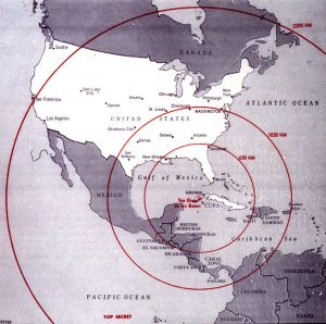 La cartina mostra il raggio d'azione dei missili nucleari previsti nel progetto che causò la crisi di Cuba nel 1962. L'immagine, in miglia nautiche, fu utilizzata all'epoca dalla CIA (credit: The John F. Kennedy Presidential Library and Museum, Boston - Pubblico Dominio)
