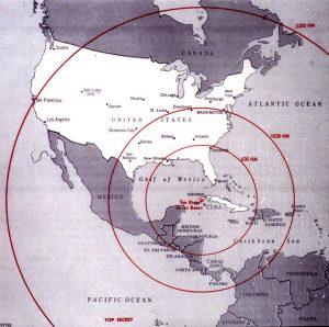 La cartina mostra il raggio d'azione dei missili nucleari previsti nel progetto che causò la crisi di Cuba nel 1962. L'immagine, in miglia nautiche, fu utilizzata all'epoca dalla CIA (credit: The John F. Kennedy Presidential Library and Museum, Boston - Pubblico Dominio)