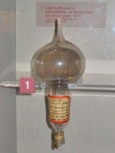 Il primo modello di lampadina prodotto da Edison nel 1979 (credit: Alkivar/ClassStudio.com, CC BY-SA 3.0)
