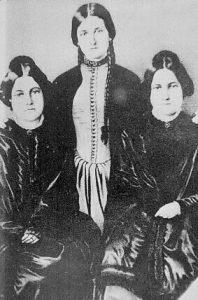 Le sorelle Fox. Da sinistra a destra: Margaret, Kate e Leah (credit: Pubblico Dominio)