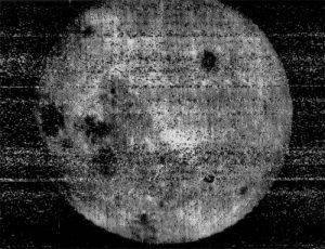 La prima immagine dell'altra faccia del nostro satellite, ricevuta da Luna 3 il 7 ottobre 1959 (credit: Pubblico Dominio) Edgar Allan Poe dagherrotipato nel 1848, l'anno precedente alla morte (credit: Pubblico Dominio)