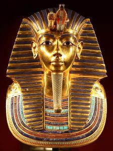 La spettacolare maschera mortuaria di Tutankhamon (credit: photo by Carsten Frenzl / TUT-Ausstellung_FFM_2012_47, CC BY 2.0)