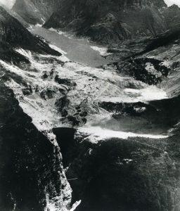 Un'immagine della diga del Vajont dopo la frana del Toc (credit: archivio repubblica, http://temi.repubblica.it/UserFiles/corrierealpi-diga-del-vajont-1963-2013-il-cinquantenario/Image/FRANAdopo.jpg)