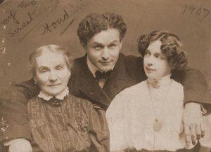 Harry Houdini insieme alla madre Cecilia Steiner Weiss, la cui morte lo spingerà ad approfondire l'argomento delle sedute spiritiche, e alla moglie Beatrice (credit: Pubblico Dominio)