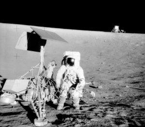 Il comandante di Apollo 12, Pete Conrad in piedi a fianco del lander che ha portato la missione sulla luna (credit: photo by Alan Bean, Pubblico Dominio)