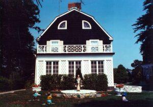 La casa degli omicidi di Amityville, così come appariva nel 1973, l'anno precedente la strage (BrownieCharles99 - Opera propria, CC BY-SA 3.0)