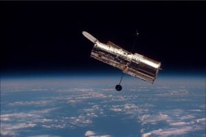 Il telescopio spaziale Hubble, fotografato dallo Space Shuttle Discovery nel 1997 (credit: Pubblico Dominio)