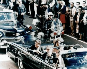 Kennedy sulla limousine in Main Street, poco prima della svolta verso Dealey Plaza, dove troverà la morte (credit: Penn Jones Photographs. Baylor University Collections of Political Materials. Waco (Texas); Pubblico Dominio)