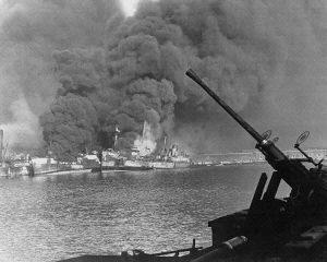 Alcune navi in fiamme appena dopo l'attacco tedesco al porto di Bari del 1943; ne affonderanno in tutto 24 (credit: Pubblico Dominio)