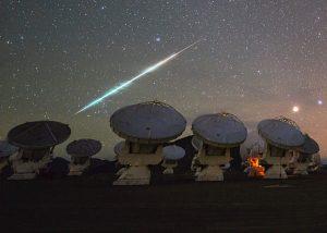 Una meteora fotografata nel marzo 2014 presso l'Atacama Large Millimeter Array in Chile (credit: ESO/C. Malin ref. potw1414a, CC BY 4.0)