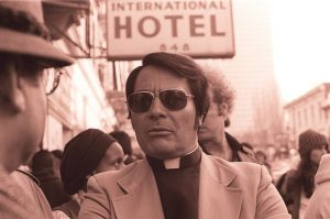 Il reverendo Jim Jones nel 1977 (credit: Nancy Wong, CC BY-SA 3.0)