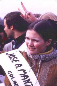 Alcuni studenti di Toronto ai preparativi del giorno precedente la manifestazione del 15 novembre 1969 (credit: Scales/Wikipedia, CC BY-SA 3.0)