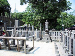 La tomba dei 47 ronin a Tokyo, presso il tempio Sengaku-ji (credit: Stéfan Le Dû/Wikipedia, CC BY-SA 2.5)