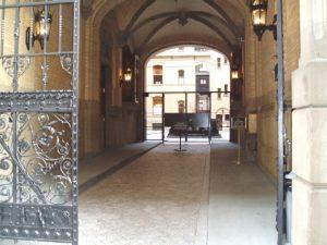 L'ingresso del Dakota, dove John Lennon fu raggiunto dai proiettili (credit: FinBjo/Wikipedia, CC BY 2.5)