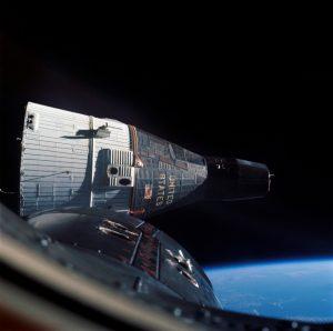 La sonda Gemini 7 vista dalla Gemini 6A, in primo piano (credit: Pubblico Dominio)