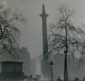 La colonna di Nelson, oscurata dalla nebbia che già si sta addensando nei primissimi giorni del dicembre 1952 (credit: N.T. Stobbs, CC BY-SA 2.0)