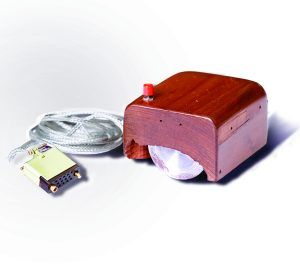 "Il primo prototipo di ""mouse"" per computer, ideato da Douglas Engelbart (credit: SRI International, CC BY-SA 3.0)"